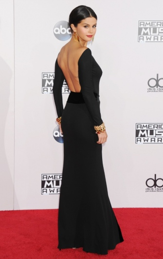 Selena-Gomez-en-Armani-Prive-aux-American-Music-Awards-2014_portrait_w858