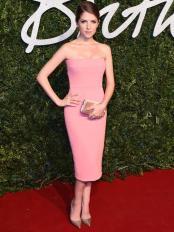 Anna-Kendrick-en-robe-rose-Victoria-Beckham