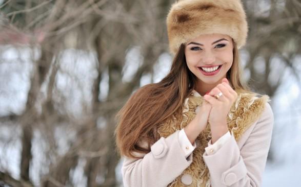 Mood-girl-Wallpaper-smile-face-eyes-hands-gloves-coat-hat-fur-snow-winter