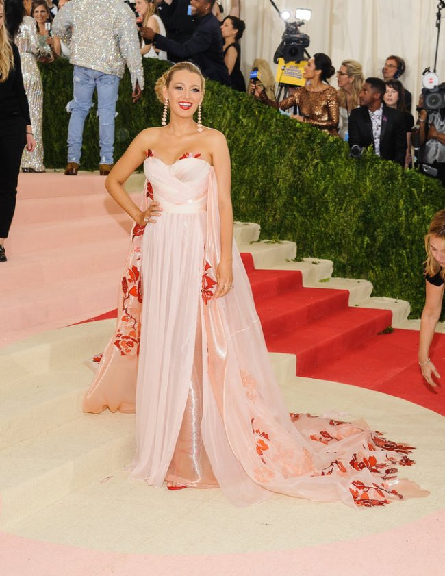 Blake-Lively-sur-le-red-carpet-du-Met-Gala-2016_portrait_w674