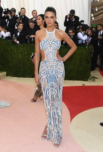 Kendall-Jenner-Kylie-Jenner-Met-Gala-2016-Red-Carpet-Fashion-Balmain-Atelier-Versace-Tom-Lorenzo-Site-3